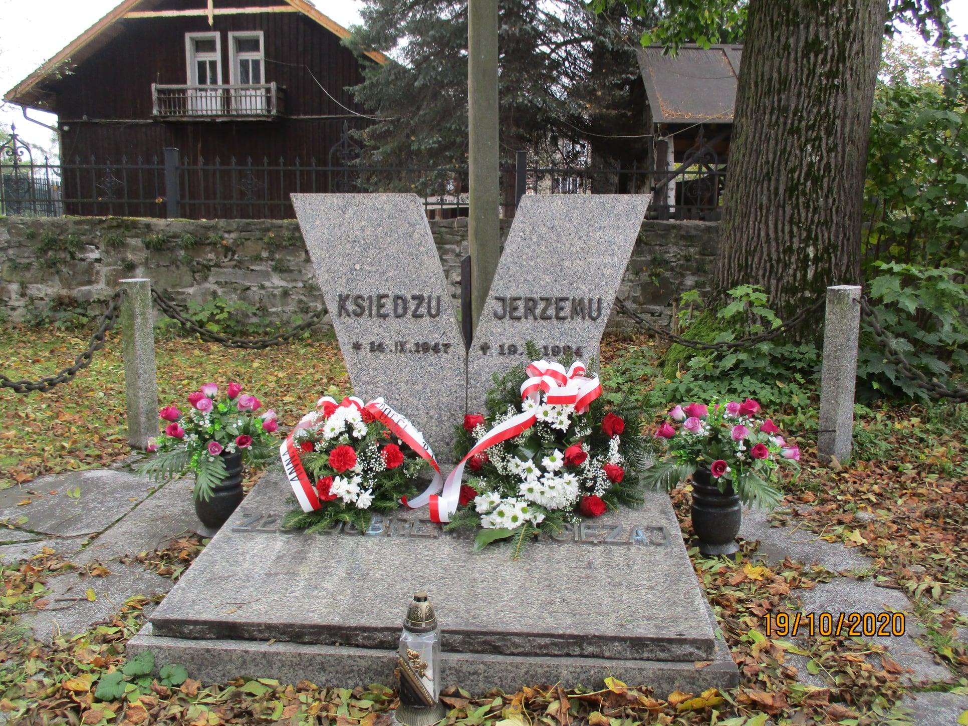Poseł Anna Paluch wraz z przedstawicielami Urzędu Gminy w osobach wójta Jana Dydy oraz sekretarz Doroty Jurkowskiej upamiętnili 36. rocznicę męczeńskiej śmierci błogosławionego księdza Jerzego Popiełuszki, składając kwiaty pod pomnikiem upamiętniającym kapelana Solidarności, znajdującym się przy kościele pw. Wszystkich Świętych.